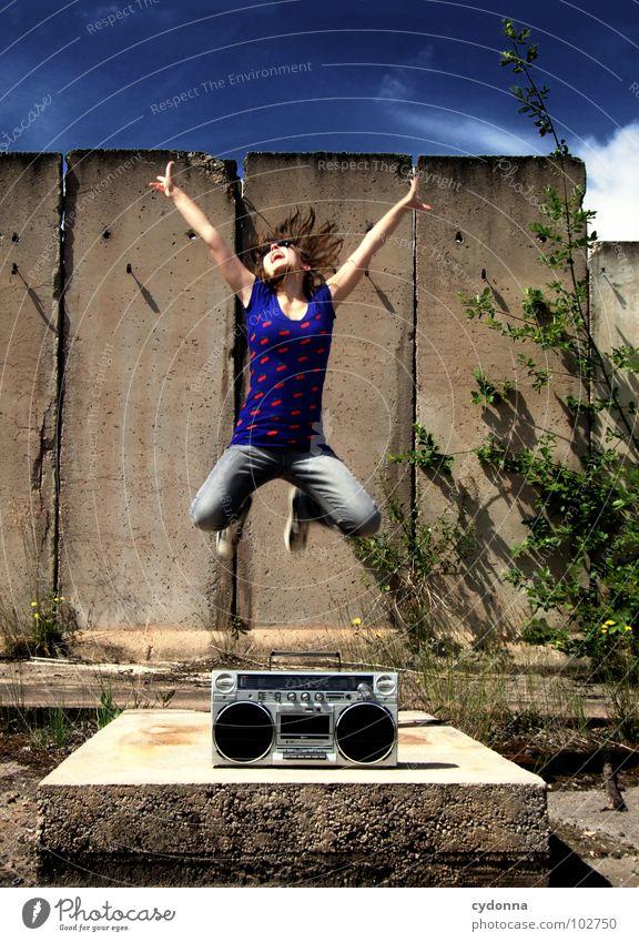 RADIO-AKTIV XVI Frau Stil Musik Sonnenbrille Industriegelände Beton Ghettoblaster Party Aktion Laune Gefühle T-Shirt Sommer genießen springen Körperhaltung