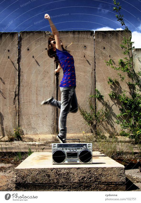 RADIO-AKTIV XVII Frau Stil Musik Sonnenbrille Industriegelände Beton Ghettoblaster Party Aktion Laune Gefühle T-Shirt Sommer genießen springen Körperhaltung