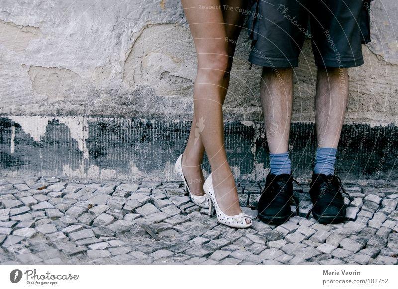 Macht´n Fuffi für ne Nummer Frau Mann Beine Kopfsteinpflaster blasen Versuch Tourist Rock Damenschuhe verführerisch Minirock Fetischismus