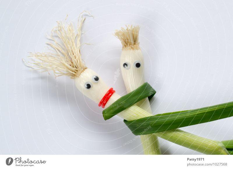 Schalotten mit aufgeklebten Kulleraugen stellt ein sich umarmendes Paar dar Gemüse Zwiebel festhalten Umarmen Geborgenheit Zusammensein Farbfoto Vertrauen