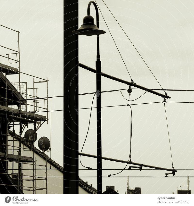 unter Strom Straßenbahn Kabel Elektrizität Baustelle Arbeit & Erwerbstätigkeit Laterne Antenne Dach Stadt Verkehrswege Baugerüst