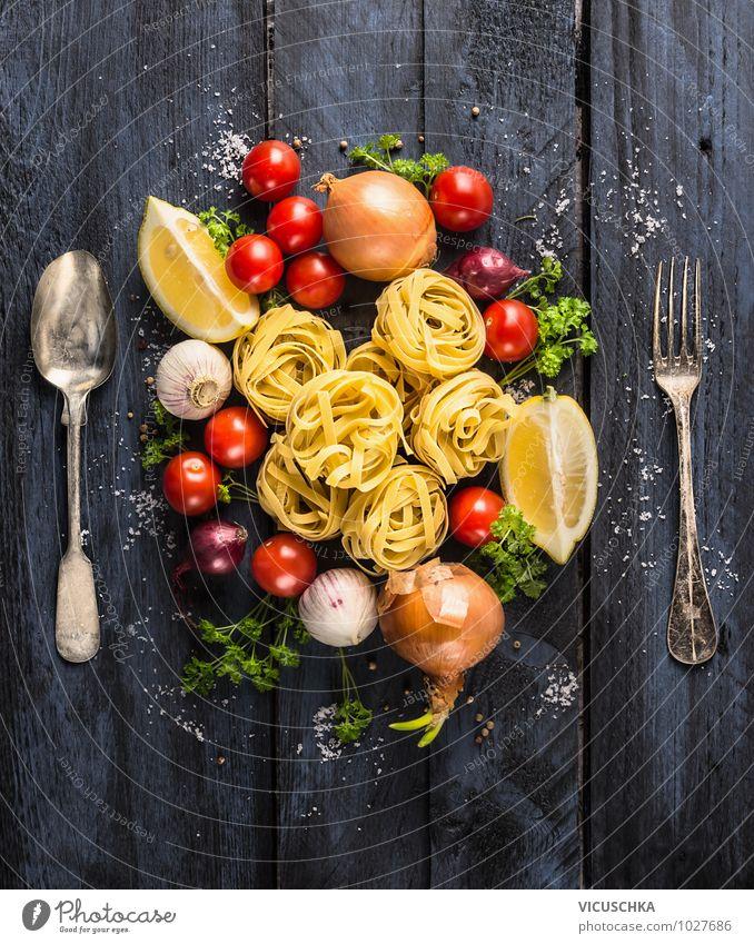 Pasta Tagliatelle mit Gemüsen und Besteck blau rot gelb Stil Speise Lebensmittel Design Ernährung einfach Kräuter & Gewürze Bioprodukte Restaurant Backwaren