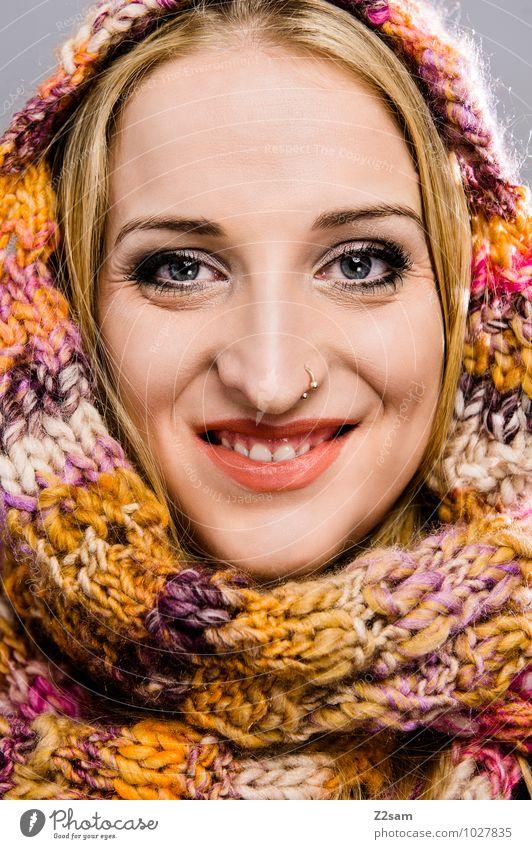 Sonnenschein Lifestyle elegant Stil Winter feminin Junge Frau Jugendliche 18-30 Jahre Erwachsene Mode Stoff Fell Schal Mütze Lächeln lachen leuchten blond