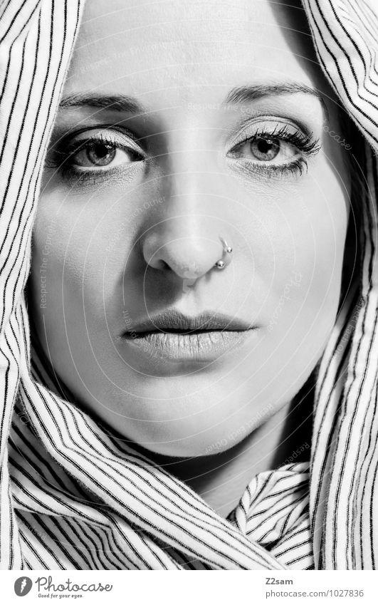 Verhüllt Lifestyle elegant Stil schön feminin Junge Frau Jugendliche 30-45 Jahre Erwachsene Piercing Schal Kopftuch exotisch kalt natürlich Originalität