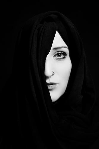 Verhüllt Lifestyle elegant Stil schön feminin Junge Frau Jugendliche Gesicht 30-45 Jahre Erwachsene Piercing Kopftuch ästhetisch Coolness einfach modern Kraft