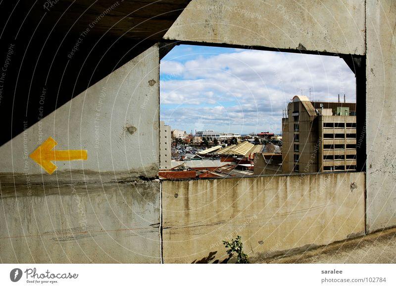 outlook Himmel blau Wolken gelb Wand Fenster grau Beton Aussicht Pfeil Australien