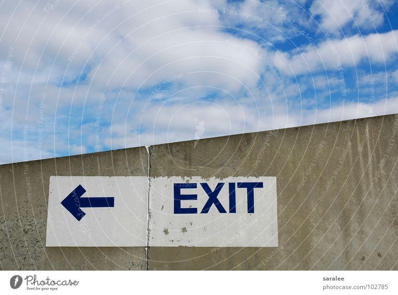 exit Himmel weiß blau Wolken grau Schilder & Markierungen Beton Buchstaben Pfeil Zeichen Richtung Wort azurblau