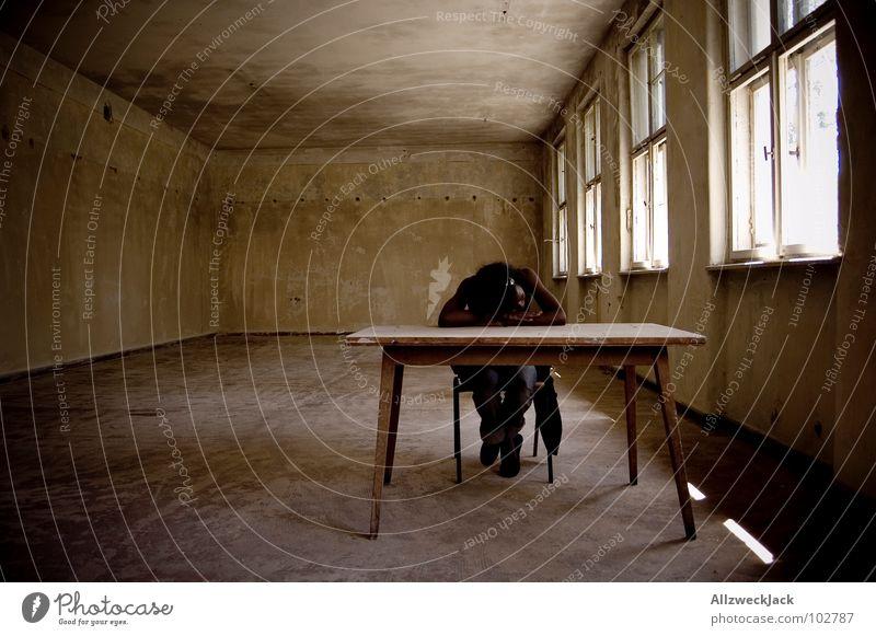 Nachsitzen Frau Mensch Erholung Schule Raum Arme Tisch lernen schlafen leer Schulgebäude Stuhl Bildung Müdigkeit Langeweile