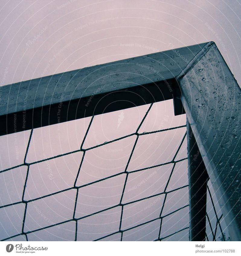 obere Ecke eines Fußballtores mit Netz und Regentropfen vor grauem Himmel eckig nass Schlaufe Spielen Spielplatz Weltmeisterschaft schießen Freizeit & Hobby
