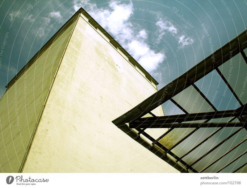 Querformat Dach Glasdach Haus Lagerhaus Wand Mauer vertikal aufstrebend Froschperspektive Wolken Architektur Himmel Industrie Gebäude Glätte
