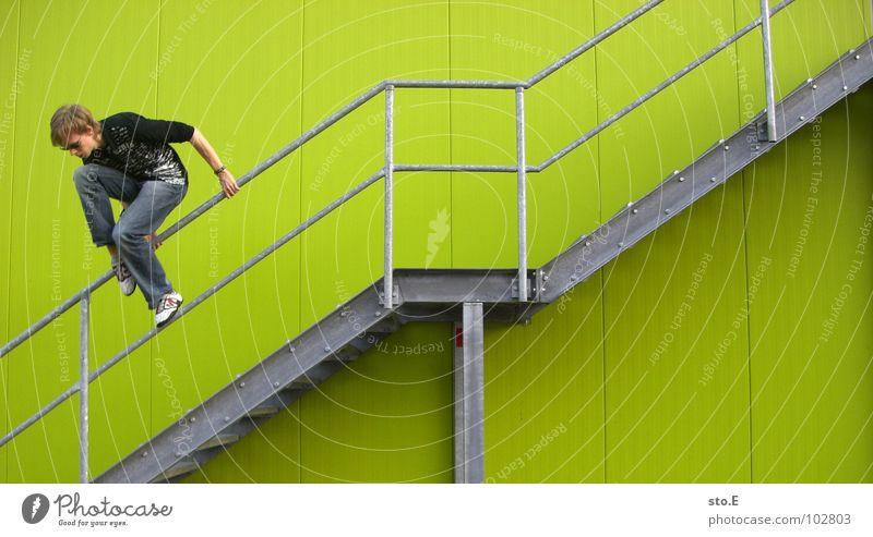 fahrlässig Mensch Jugendliche grün Wand springen Mauer Linie Hintergrundbild Angst Arme Treppe hoch Ordnung gefährlich verrückt Perspektive