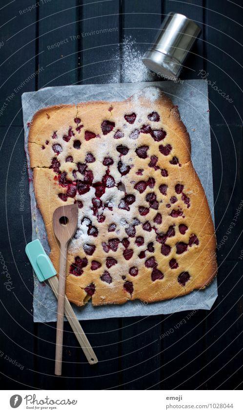 Blechkuchen Kuchen Dessert Süßwaren Puderzucker Himbeeren Ernährung lecker süß Farbfoto Innenaufnahme Menschenleer Hintergrund neutral Dämmerung Low Key