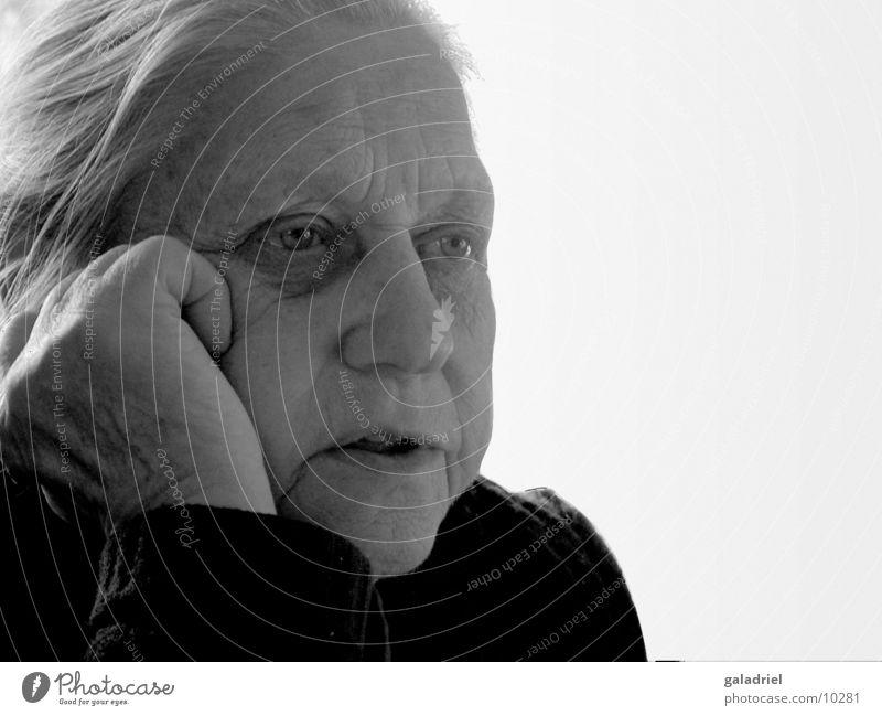 oma Senior Frau Großmutter Denken Weiblicher Senior Schwarzweißfoto
