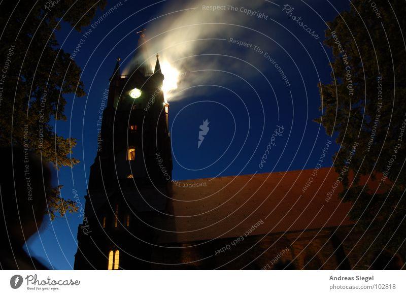 Es brennt, es brennt! blau schwarz dunkel Religion & Glaube Angst Brand Dach Turm Rauch Feuerwerk Flucht Uckermark Wasserdampf Feuerwehr dramatisch Notfall