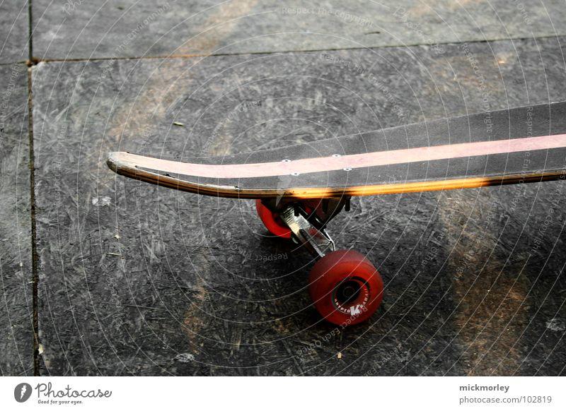 das einsame longboard Streifen rot Trick Einsamkeit schön Sport Spielen Straße street Skateboard Skateboarding wheels Achse Bodenbelag warten