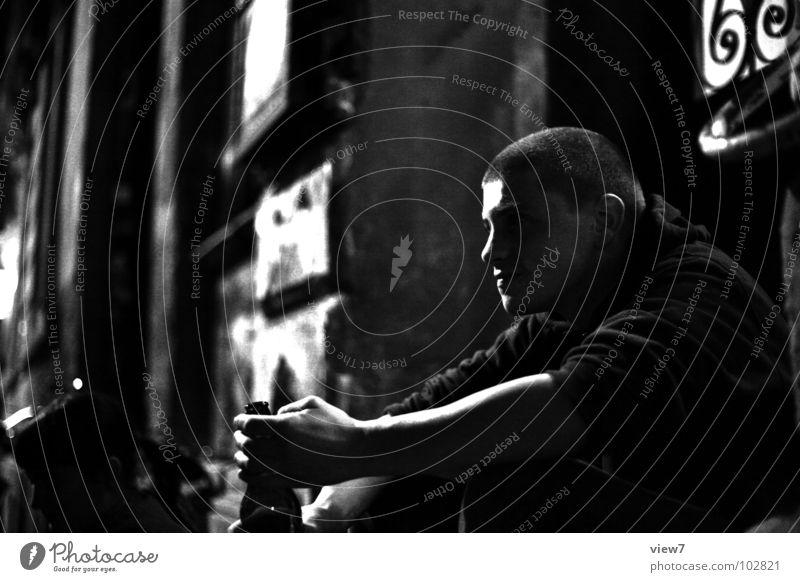 kleiner Gangster Mann Nacht dunkel Gastronomie Krimineller Stadt Ghetto Dieb anstößig gefährlich Trauer Denken trinken Bier Licht Bar Club Hiphop Sprechgesang