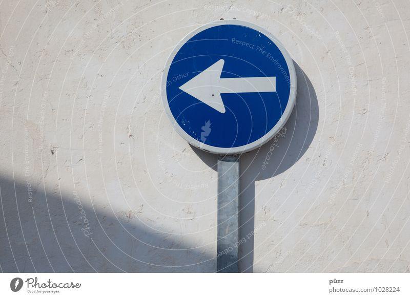 Da lang Stadt blau weiß Wand Mauer grau Stein Metall Schilder & Markierungen Verkehr Hinweisschild rund Zeichen Güterverkehr & Logistik Dorf Pfeil