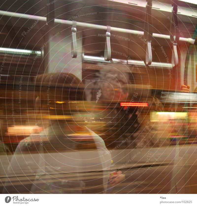 nächster Halt: Templon Tèr S-Bahn Nacht fahren Nachtfahrt Budapest Passagier Fahrzeug Glasscheibe Fenster Reflexion & Spiegelung Warme Farbe Stadt Stadtleben