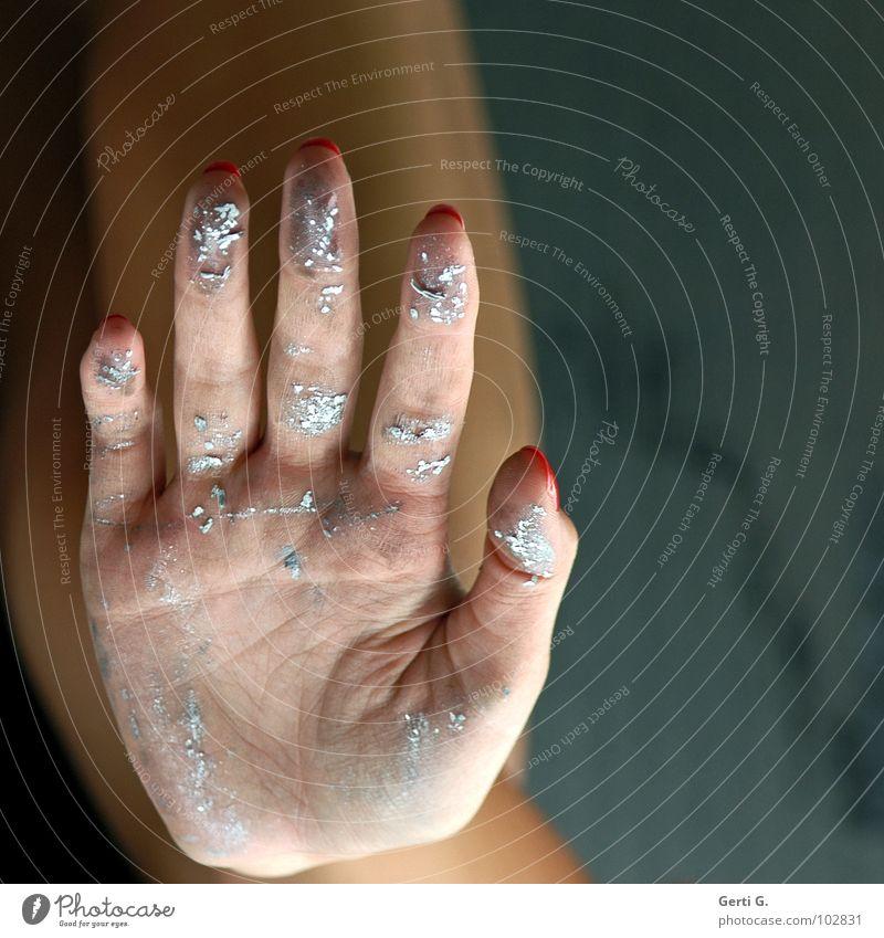 gimme five Frau Farbe Hand Gefühle grau Linie dreckig Haut Finger Falte 5 silber Blattadern Applaus Fingernagel schlagen