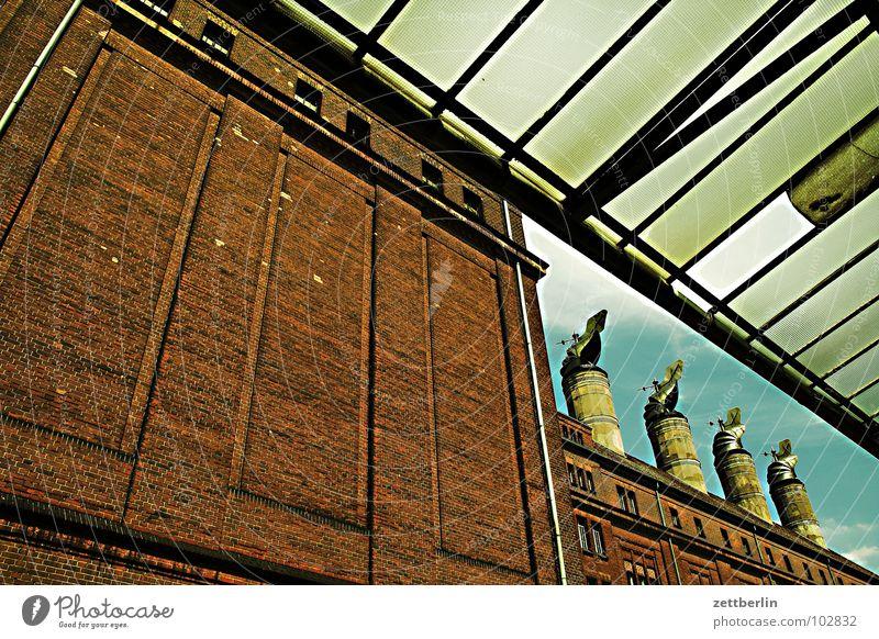 Zusammenfassung Dach Glasdach Haus Lagerhaus Wand Mauer vertikal aufstrebend Froschperspektive Wolken Fabrik Brauerei 4 Abluft Lüftung Schornstein Industrie