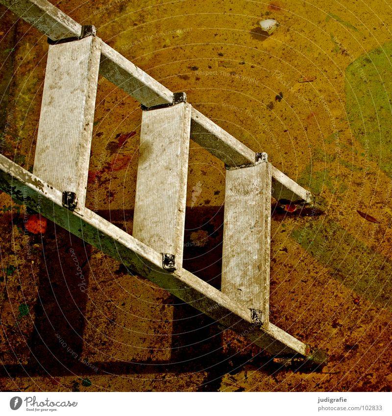 Stufen 2 3 Schwimmbad verfallen abwärts Blick nach unten aufsteigen Farbe Vergänglichkeit Treppe Leiter Schatten alt oben hoch aufwärts Abstieg