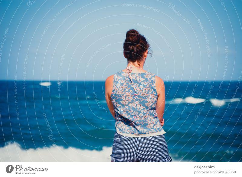 Girl steht am Ocean und schaut den Wellen nach. , Thoughts deeper than the Ocean feminin Junge Frau Jugendliche 1 Mensch 18-30 Jahre Erwachsene Umwelt Wasser