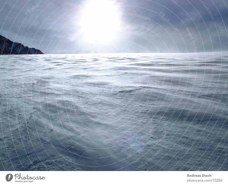 schneewind1 Mensch blau Sonne Winter Schnee Berge u. Gebirge hell Wellen Wind leer Verlauf