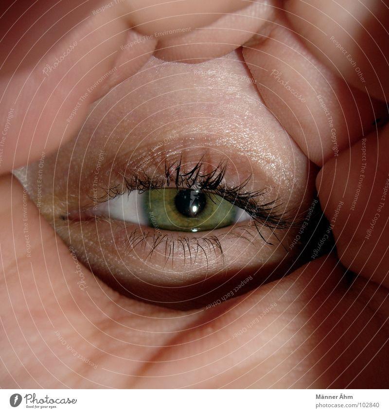 Augenblick Frau Hand grün Auge Suche Kommunizieren Konzentration Tunnel Wimpern Momentaufnahme Augenfarbe