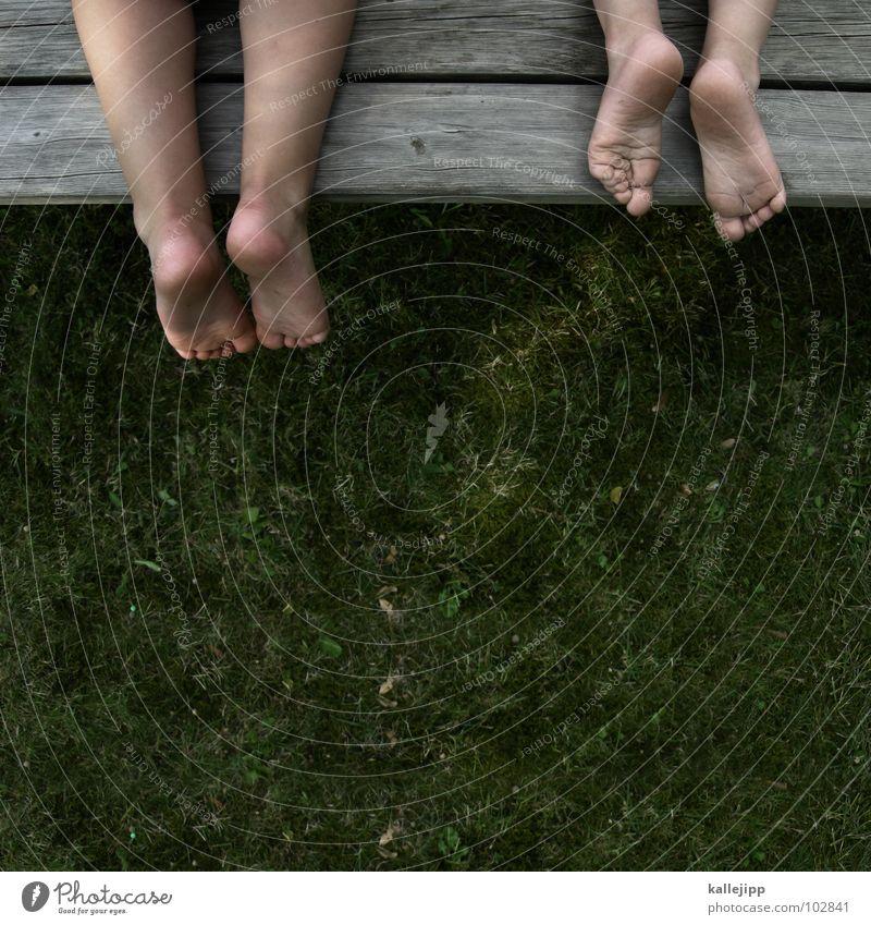 zwanzigzehen Kind grün Sommer Freude Spielen Freiheit Holz Gras Beine Fuß Freundschaft sitzen Beginn frei Tisch Wachstum