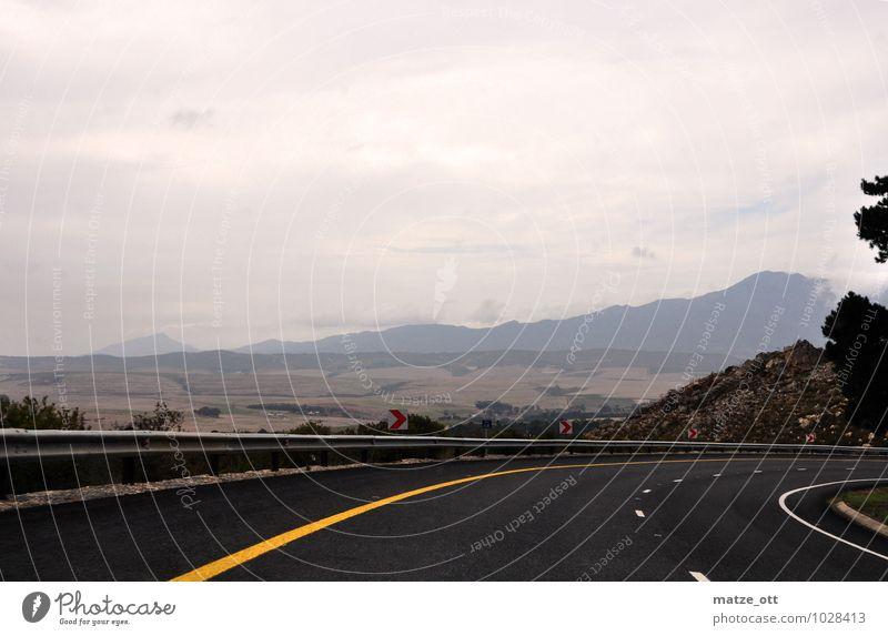 Südkurve in Südafrika Landschaft Himmel schlechtes Wetter Regen Verkehr Verkehrswege Straßenverkehr Landstraße Kurvenlage fahren dunkel Ferne Fernweh Wolken