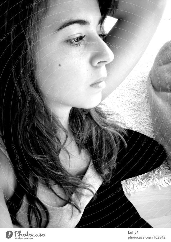 unschuldig, einsam, verlassen...wer rettet sie? weiß schwarz Einsamkeit träumen Denken trist Bodenbelag Gedanke untergehen
