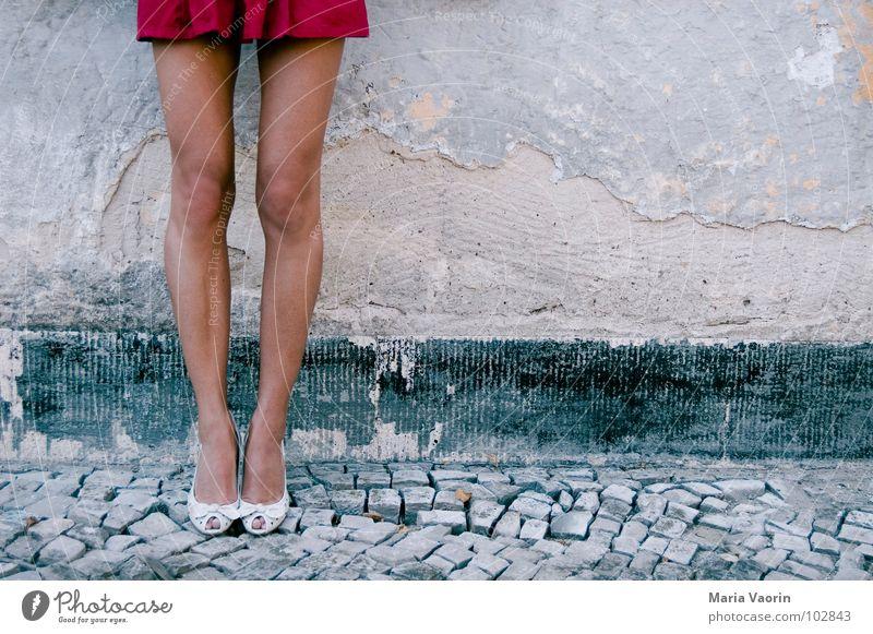 Hey du da! Komm ma rüber! Frau Beine Kopfsteinpflaster blasen Versuch Tourist Rock Schuhe Damenschuhe verführerisch Minirock Moral Fetischismus