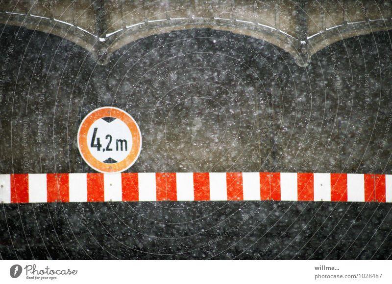 schneegrenze Winter Schneefall Verkehr Tunnel Brücke Verkehrszeichen Verkehrsschild dunkel Verbote rot-weiß Verbot für Fahrzeuge über angegebener Höhe