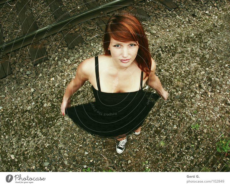 turn around Frau schön schwarz Gesicht braun Schuhe Tanzen Kraft dreckig Haut Eisenbahn Sicherheit Spitze Kleid festhalten Freundlichkeit