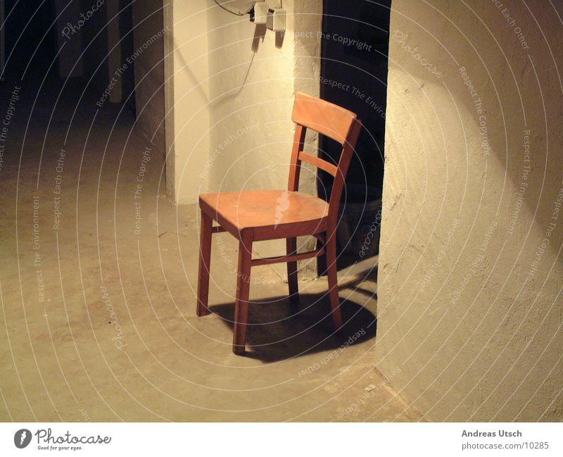 stuhl Keller dunkel Licht Beleuchtung beige Lampe Schalter braun Durchgang leer Häusliches Leben Schatten Stuhl Tür Kellertür
