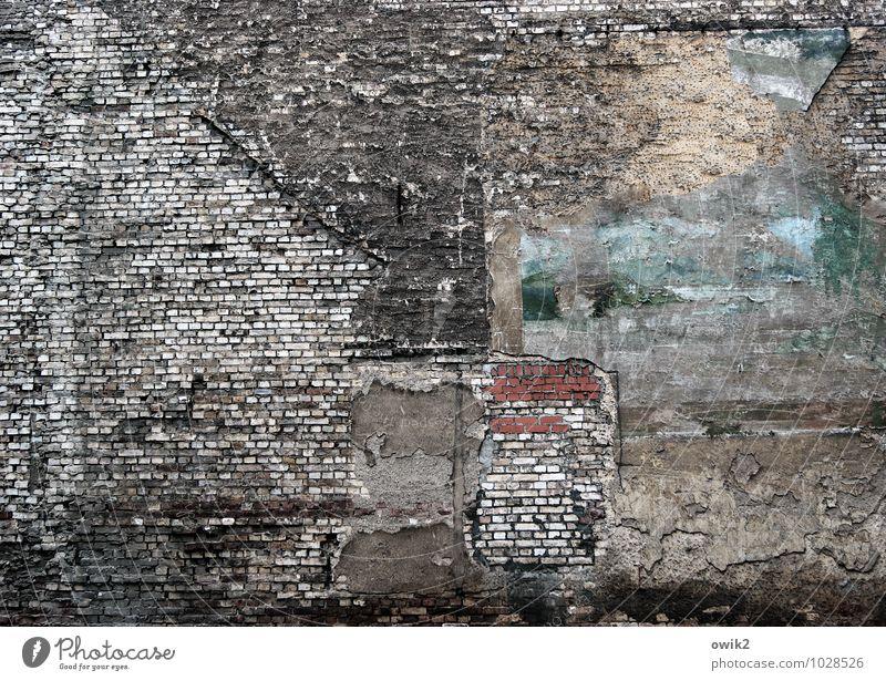 Wandbild Mauer Fassade Backsteinfassade alt historisch trashig trist Senior Angst Armut Desaster Risiko Schwäche Verfall Vergangenheit Vergänglichkeit verlieren