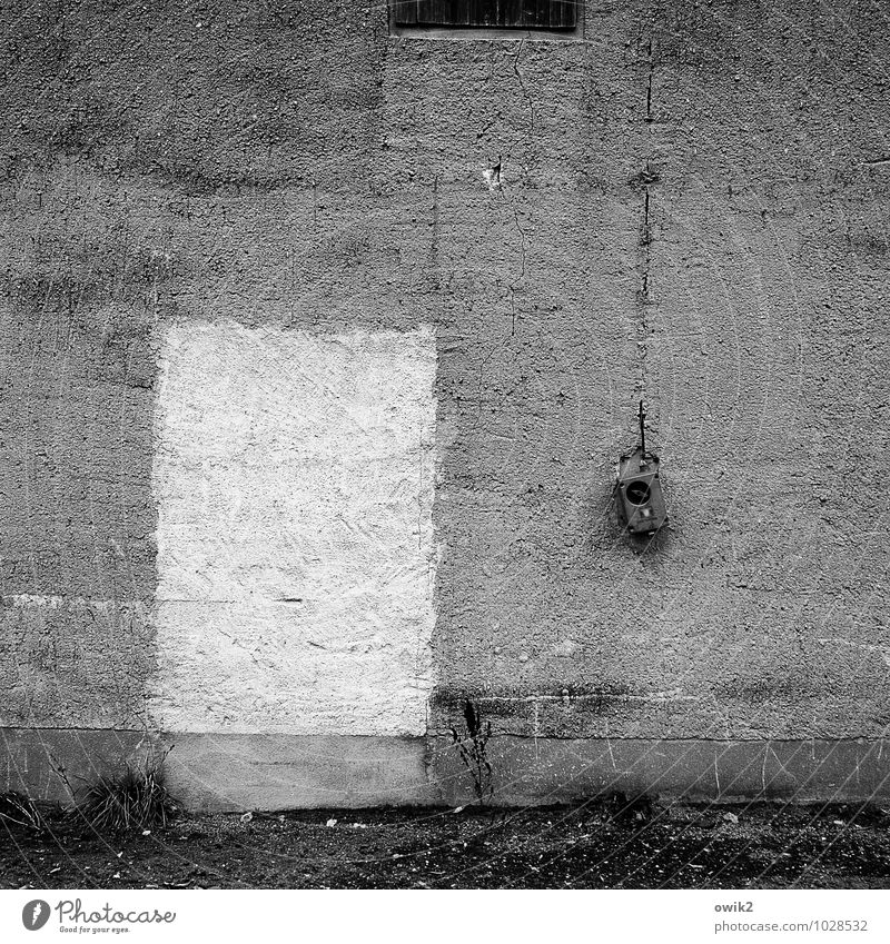 Eingang nächste Tür Mauer Wand Fassade zugemauert grau schwarz alt Schalter Stahlkabel kaputt Schaden trist Betonwand Hintergrundbild Schwarzweißfoto