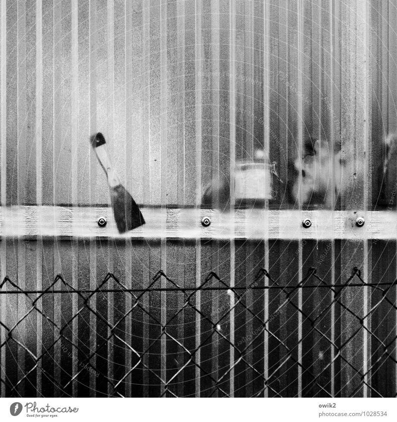 Werkstatt Mauer Wand Kunststoffwand Werkzeug Spachtel Maschendrahtzaun Holzleiste festgeschraubt einfach Verantwortung achtsam Wachsamkeit gewissenhaft Vorsicht