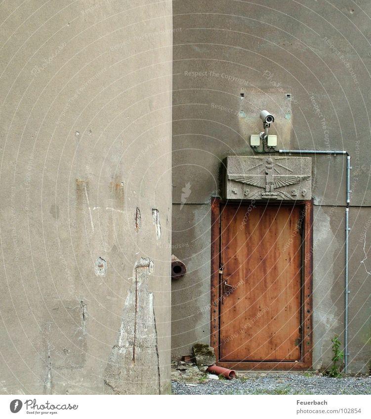 Was zu sichern gilt... Farbfoto Außenaufnahme Menschenleer Industrie Videokamera Fabrik Mauer Wand Tür Beton bedrohlich trist grau Macht Sicherheit Angst