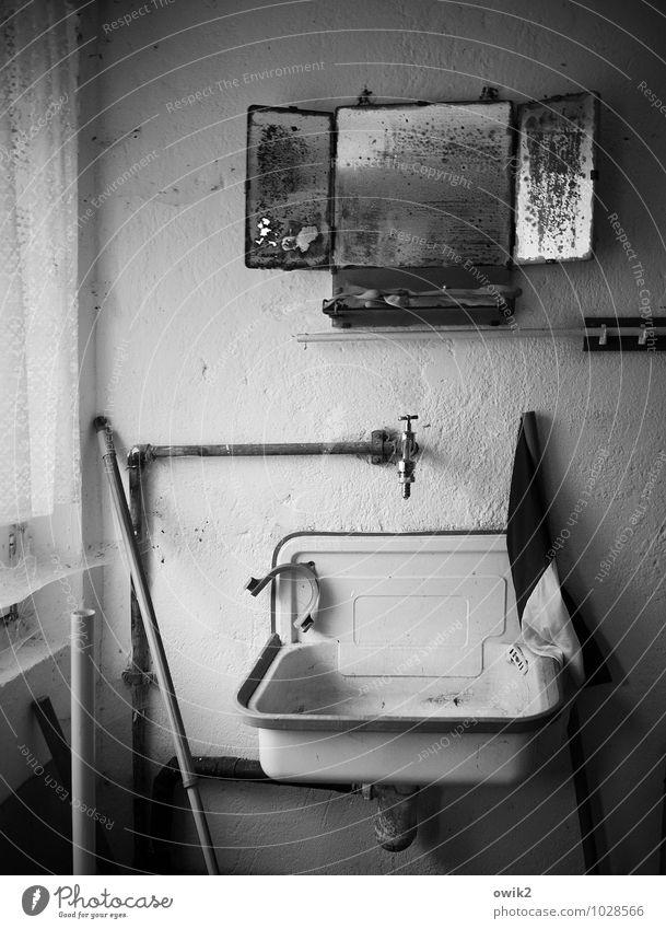 Kalte Küche Fenster Wand Mauer Armut einfach Vergänglichkeit Sauberkeit Vergangenheit Frieden Verfall Spiegel Langeweile stagnierend Reinheit