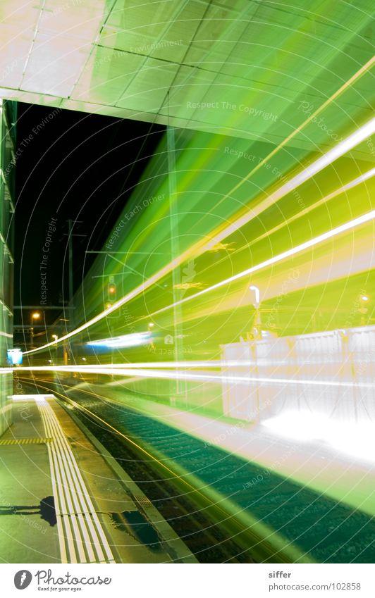 Ghost train weiß grün gelb Bewegung hell Zeit dreckig Geschwindigkeit gefährlich Eisenbahn fahren Gleise Tunnel Bahnhof Langzeitbelichtung
