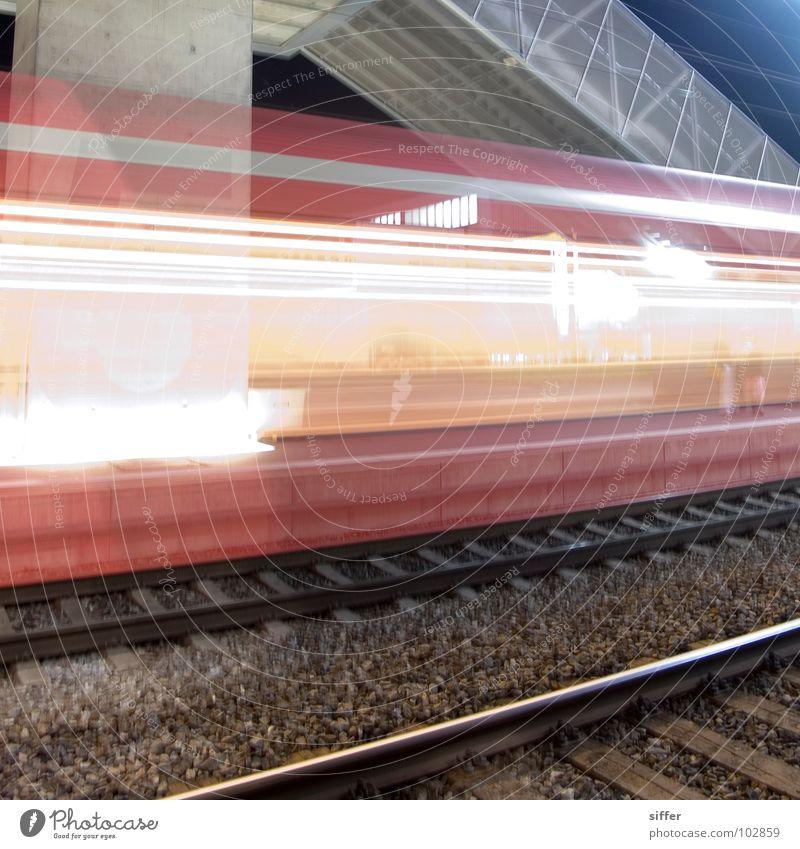 Ghost train II Eisenbahn Gleise Geschwindigkeit Zeit Licht Langzeitbelichtung grün gelb rot weiß Regionalverkehr Bern-Solothurn gefährlich fahren Bahnhof Tunnel