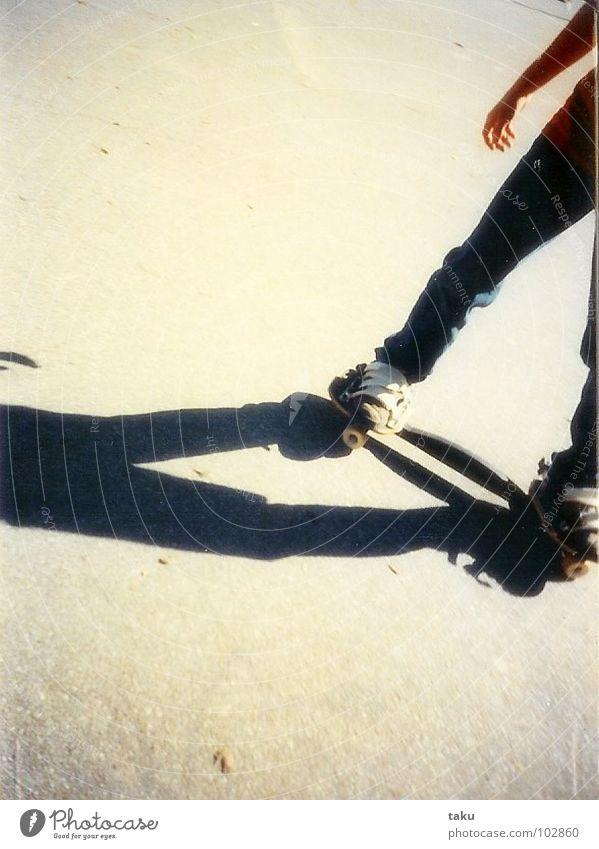 SKATERBOY Skateboarding Prater Wien Beton Turnschuh Hand Skaterbahn Akrobatik Lomografie skaterboy Schatten Beine street straßenkids fun lustig kunstücke