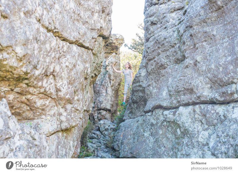 322 Mensch Kind Natur Ferien & Urlaub & Reisen Sommer Landschaft Mädchen Berge u. Gebirge natürlich klein Freiheit Felsen Kindheit stehen Erfolg frei