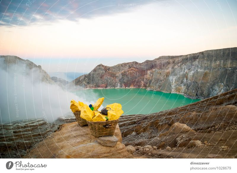 Natur Ferien & Urlaub & Reisen Mann blau Landschaft Wolken gelb Erwachsene See Felsen Nebel Tourismus gefährlich Asien Korb Osten