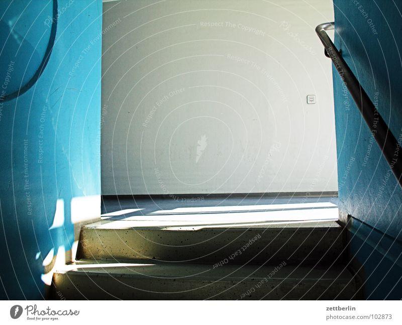 Treppenabsatz Haus Architektur Geländer Treppengeländer blau Eingang Zugang schatten. licht Sonne Wand Gebäude Textfreiraum Menschenleer Neubau Plattenbau