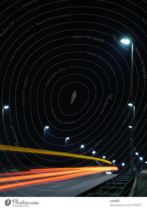 und tschüss Nacht Lampe fahren Licht Geschwindigkeit dunkel Brücke Verkehrswege Langzeitbelichtung Straße PKW Bewegung