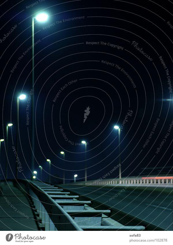 flucht Nacht schwarz dunkel Lampe Licht Laterne Brücke Verkehrswege Langzeitbelichtung Straße blau Flucht