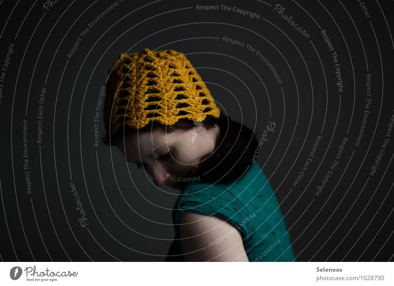 heut wirds kühl Haare & Frisuren Haut Gesicht Mensch feminin Frau Erwachsene 1 Mütze Wärme weich gelb Einsamkeit Scham Reue Hemmung Farbfoto Innenaufnahme Tag