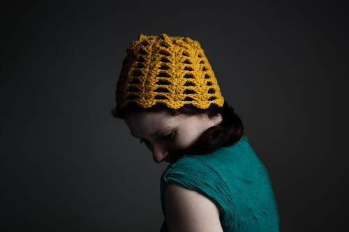 Dotterkopf Handarbeit stricken Mensch feminin Frau Erwachsene Kopf Haare & Frisuren Gesicht 1 Mütze gelb häkeln Wolle Wollmütze Farbfoto Innenaufnahme